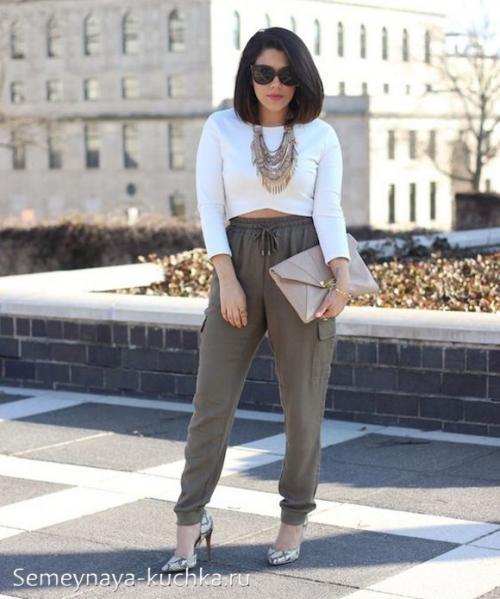 Как называются женские брюки с резинкой внизу. на резинке внизу.