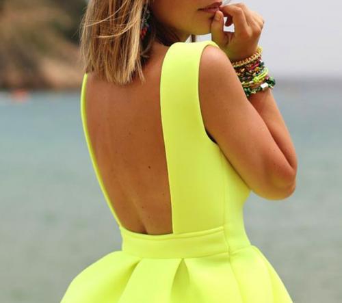 Как носить платье с открытой спиной