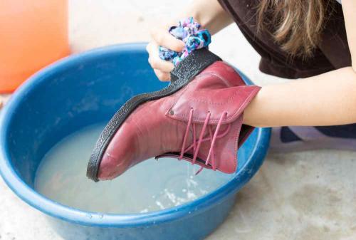 Чем обработать новые кожаные сапоги перед тем как надевать. Мытьё